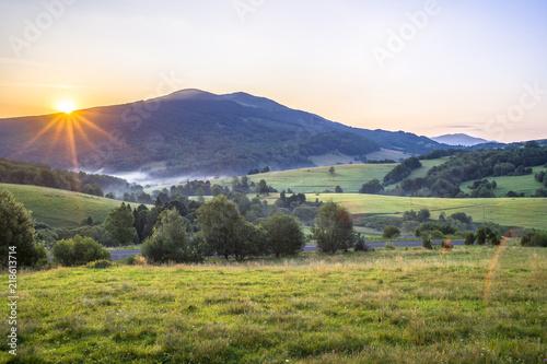 Fototapeta Bieszczady, Wschód słońca nad Połoniną Caryńską widok z przełęczy Wyżnej w oddali Tarnica obraz