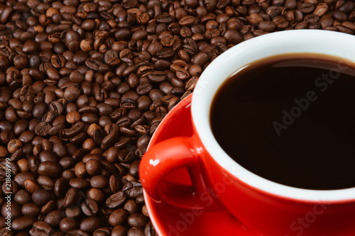 Foto op Canvas Cafe Red coffee cup with coffee beans .