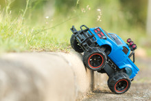A Scene Of Blue RC Off-road Tr...