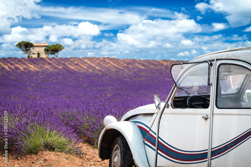 Foto op Aluminium Snoeien old french car in front of lavender field in provence france colorful purple closeup macro shot agriculture background
