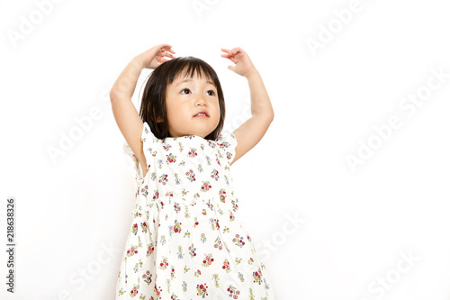 Fotografia  両手を上げ丸を作るOKイメージの幼い女の子