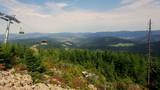 Piękny polski górski krajobraz ze szczytu Czarnej Góry z Masywu Śnieżnika w południowych Sudetach na który prowadzi wygodny wyciąg z Sienny