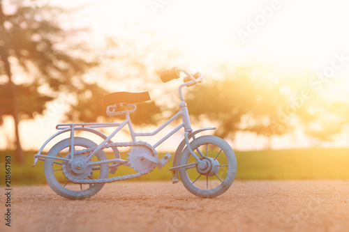Türaufkleber Fahrrad Blue vintage bicycle toy waiting outdoors at sunset light.