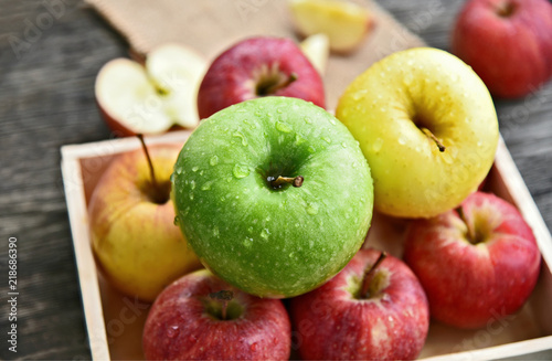 Fotografía  colorful of 3 Type of apple,Gala,Granny Smith,Golden Delicious in wooden box and wooden background