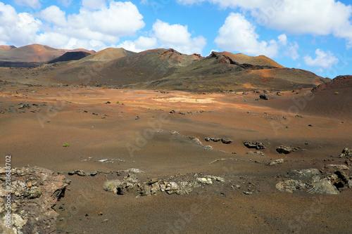Photo  Desert arid stone volcanic landscape in Lanzarote, Canary Islands