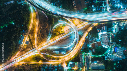widok-z-lotu-ptaka-skrzyzowania-drog-autostrady-o-zmierzchu-na-tle-transportu-dystrybucji-lub-ruchu