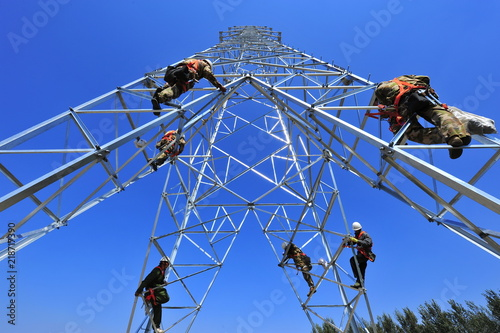 Pylon construction workers Canvas-taulu