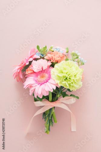 ガーベラとカーネーションの花束 Fotobehang