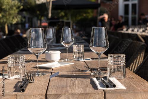 Leere Gläser auf Tisch draußen