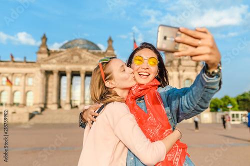 Obraz premium Dwa szczęśliwa kobieta robi selfie na tle Reichstag Bundestag budynek w Berlin. Koncepcja podróży i miłości w Europie