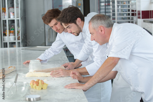 Photo pastry chef and his apprentices