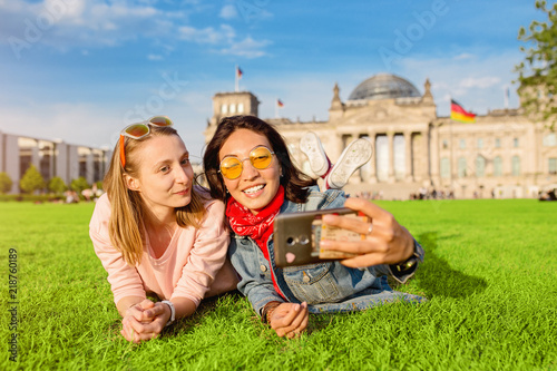 Photo  Two happy woman making selfie on background of Reichstag Bundestag building in Berlin