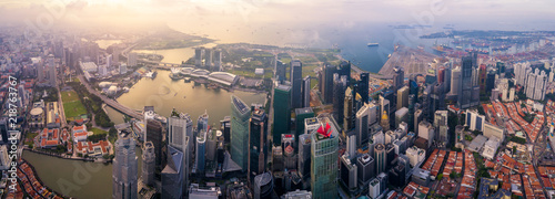 Fotografía  Aerial view of the Singapore landmark financial business district at sunrise scene with skyscraper and over clouds