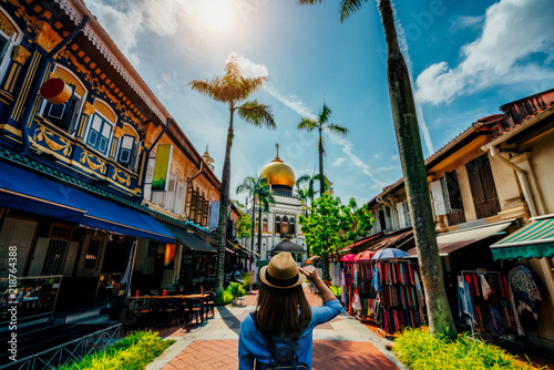 Photo  Young woman traveler traveling into The Masjid Sultan mosque located in Kampong Glam in Singapore city