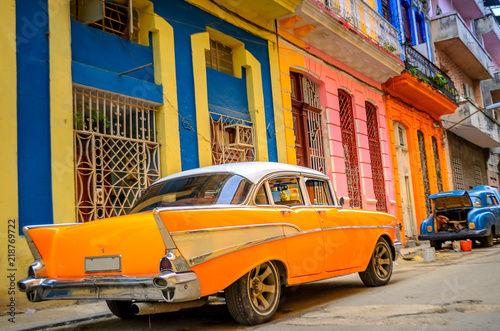 Foto auf Gartenposter Havanna old American car on the street of the Cuban capital Havana