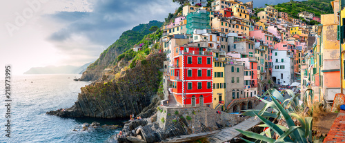 Poster Ligurie Beautiful panorama of the evening Riomaggiore, Cinque Terre national park. Italy