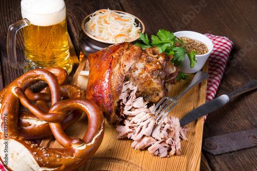 Fotografija crispy fried Bavarian pork knuckle with soft meat