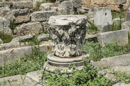Fototapeta Korinthisches Kapitell an der Lechaionstrasse, Alt-Korinth, Griechenland