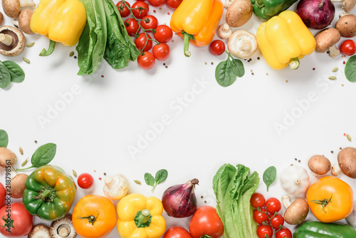 Fotografía elevated view of frame made of ripe vegetables isolated on white