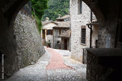 Tuinposter Smal steegje Kleine Gasse in Umbrien – Italien