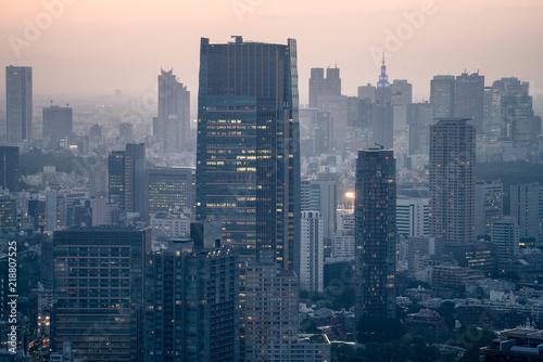 panorame-miasta-w-mglisty-zmierzch