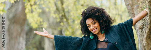Fotografia  Joyful stylish black woman in autumn