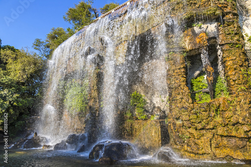 Fotografia Scenic view of waterfall in Castle Hill Park (Parc de la Colline du Chateau) in