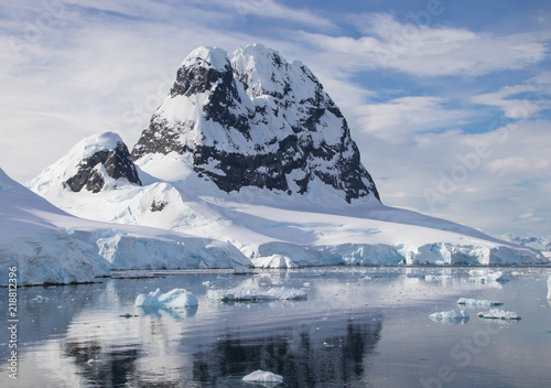Foto op Plexiglas Antarctica A Bright, Sunny Day Off the Coast of Antarctica