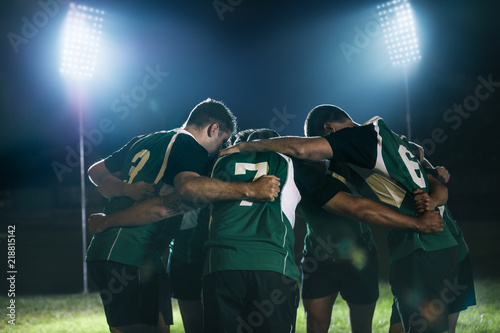 Pinturas sobre lienzo  Rugby team in huddle after match