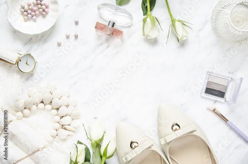 Fotografia Feminine accessories on a marble dressing table