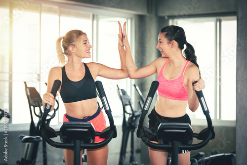 Photo  Fitness Sport Women Workout in Gym Together on Treadmill - Healthcare and Lifest