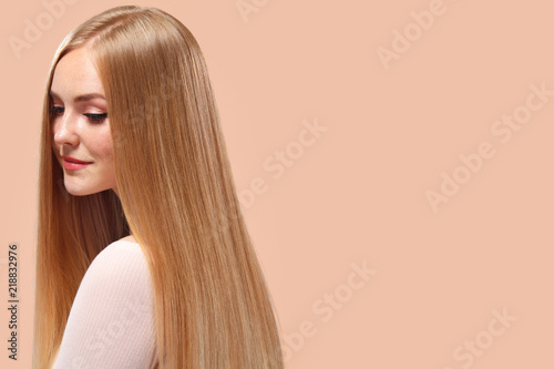 Cuadros en Lienzo Beautiful Blonde Woman Beauty Model Girl with perfect makeup and long straight h