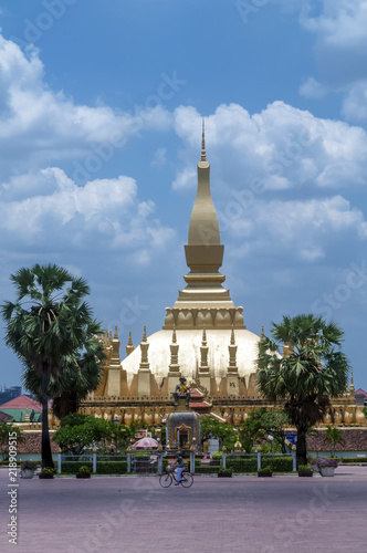 Foto  The beautiful and famous Pha That Luang stupa in Vientiane, Laos