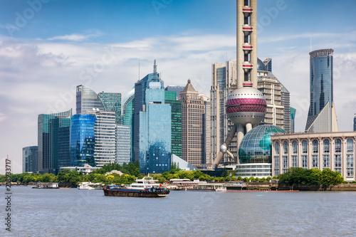 Das moderne Zentrum Pudong von Shanghai, China, mit den unterschiedlichsten Wolkenkratzern an einem sonnigen Tag