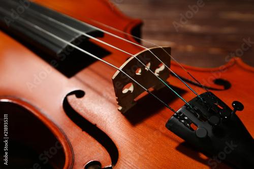 Fotografia  Violin on wooden table