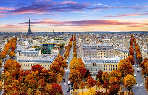 Obraz Widok z lotu ptaka Paryża późną jesienią na zachód słońca. Czerwone i pomarańczowe kolorowe drzewa uliczne. Wieża Eiffla w tle. Paryż, Francja - fototapety do salonu