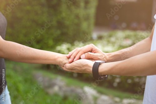 Photo Businessman with client holding hands together for comfort and support work toge