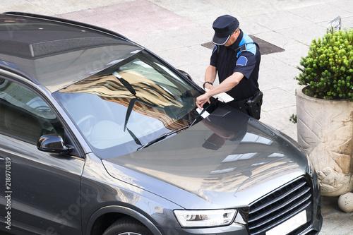 Fotografiet policeman writing fine ticket for car bad parking