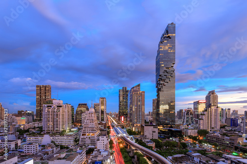 Photo  Bangkok business district cityscape with skyscraper at twilight, Thailand