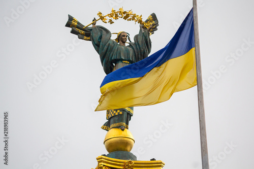 Poster de jardin Commemoratif Independence monument and ukrainian flag in Kiev. Ukraine