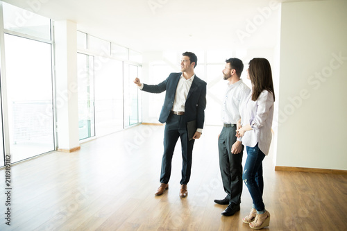 Fotografía  Real Estate Agent Showing New Apartment To Man And Woman