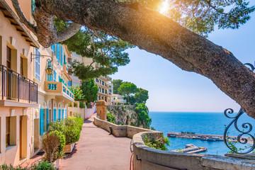 Wioska Monako w Monako, Monte Carlo, Francja. Ulica spacerowa z pięknymi budynkami wzdłuż wybrzeża.