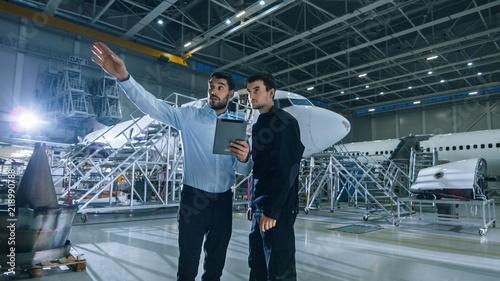Fotografia Aircraft Maintenance Worker and Engineer having Conversation