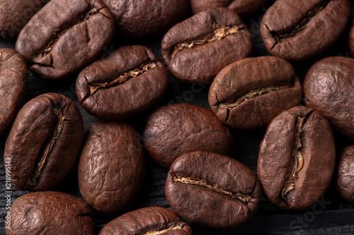 Café en grains coffee arabica grains scattered on a wooden table