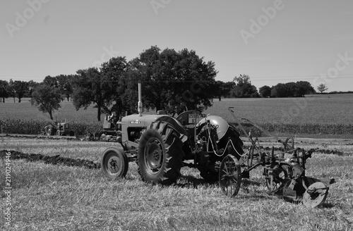 Fototapety, obrazy: Tracteur et sa charrue labourant un champ