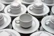 Leere weiße Kaffeetassen aufgebaut zur Selbstbedienung - Selektive Schärfe
