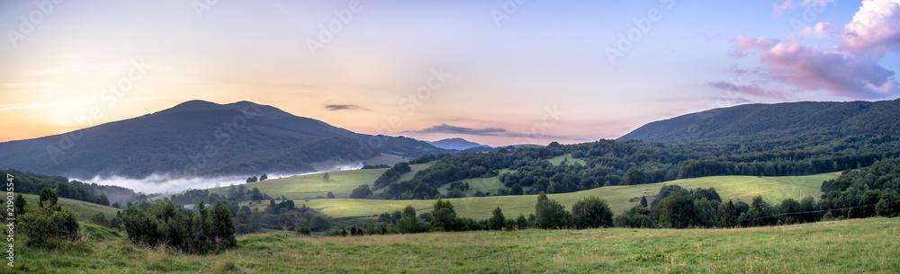 Fototapeta Połonina Caryńska w Bieszczadach o wschodzie słońca. Widok z przełęczy Wyżnej. W oddali Tarnica - obraz na płótnie