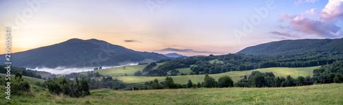 Fototapeta Połonina Caryńska w Bieszczadach o wschodzie słońca. Widok z przełęczy Wyżnej. W oddali Tarnica obraz na płótnie