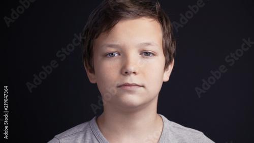 Fotografia young lonely sad boy portrait on black