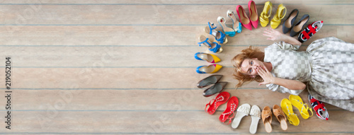 Fotografia  Woman choosing shoes. Colored shoes are exposed in a circle.